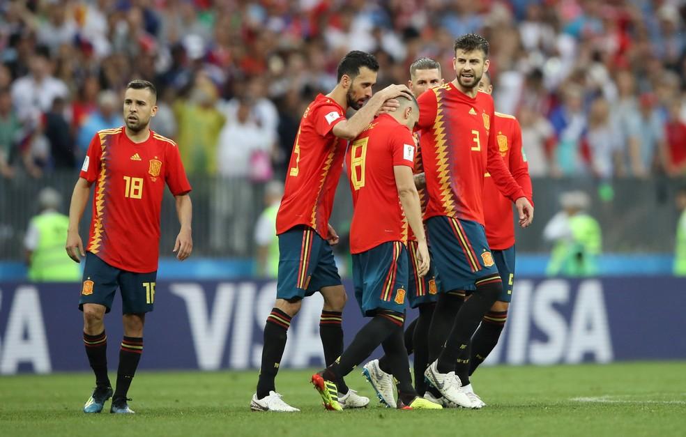Jogadores tentam consolar Iniesta após triste despedida (Foto  Carl  Recine Reuters) 8eb287baab193