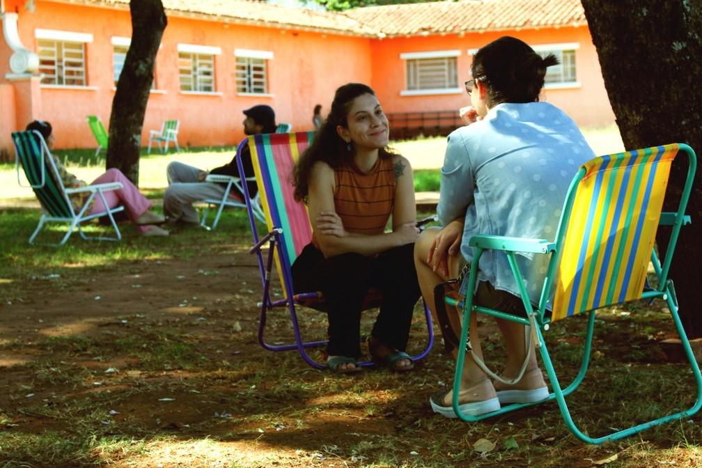 Pessoas são atendidas em cadeiras de praia dispostas pela praça em São Carlos — Foto: Gabrielle Chagas/G1