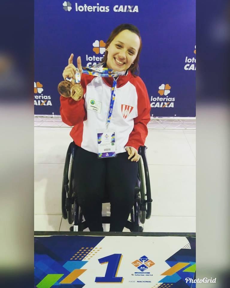 Camila Lima com suas medalhas recém-conquistas no Circuito Loterias Caixa