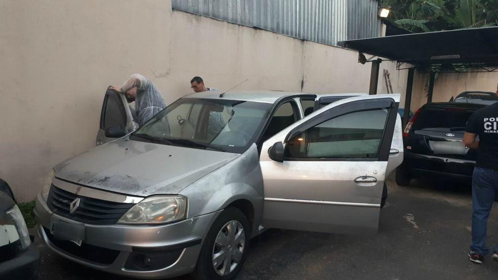 Carro é vistoriado por perícia do Rio de Janeiro em Ubá: características levantam suspeitas de que tenha sido usado em assassinato (Foto: Larissa Zimmermann/G1)