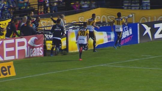 """Mazola destaca empate, mas lamenta expulsões: """"Quem vai na lateral esquerda?"""""""