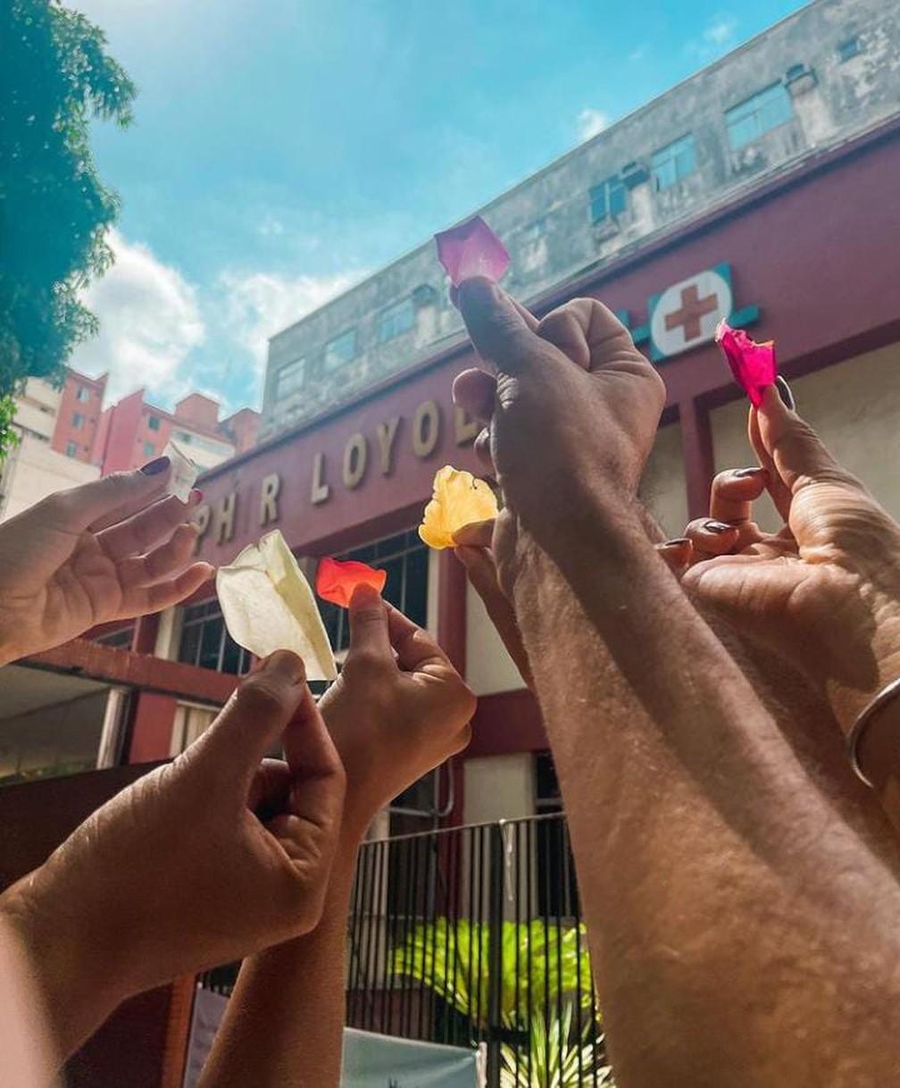 Círio de Nazaré 2021: Fiéis juntaram pétalas que foram jogadas durante sobrevoo da Imagem de Nossa Senhora de Nazaré — Foto: Danilo Lima/Arquivo pessoal