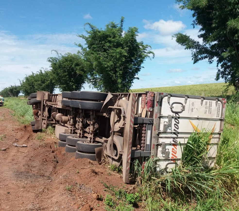 Três outros veículos de carga foram envolvidos no acidente — Foto: PRF/Divulgação
