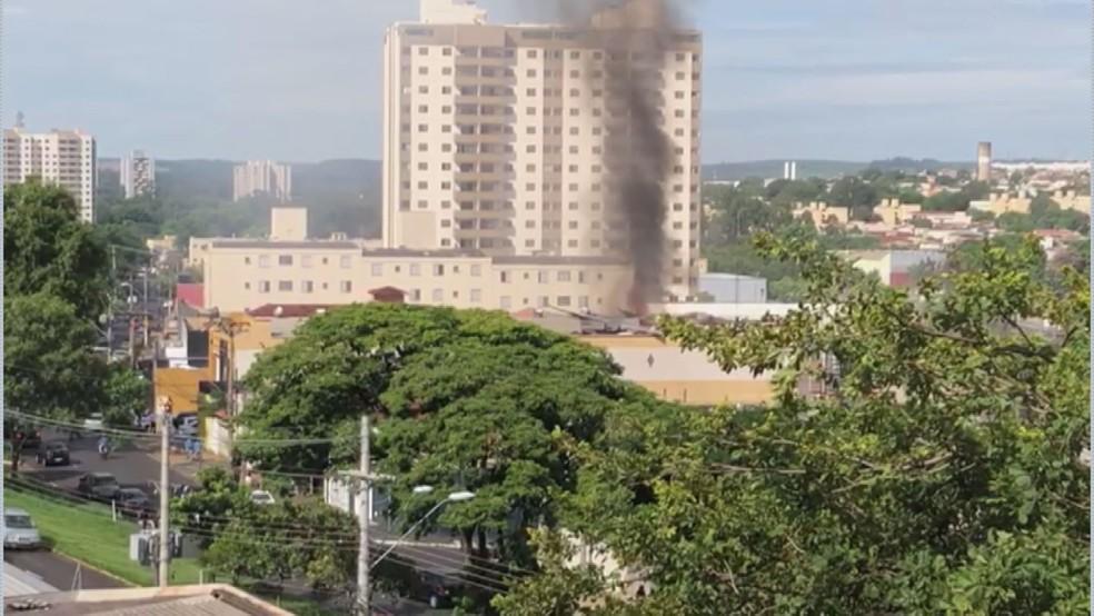 Incêndio atinge estande tiros na Avenida Caramuru em Ribeirão Preto (SP) — Foto: Reprodução/EPTV