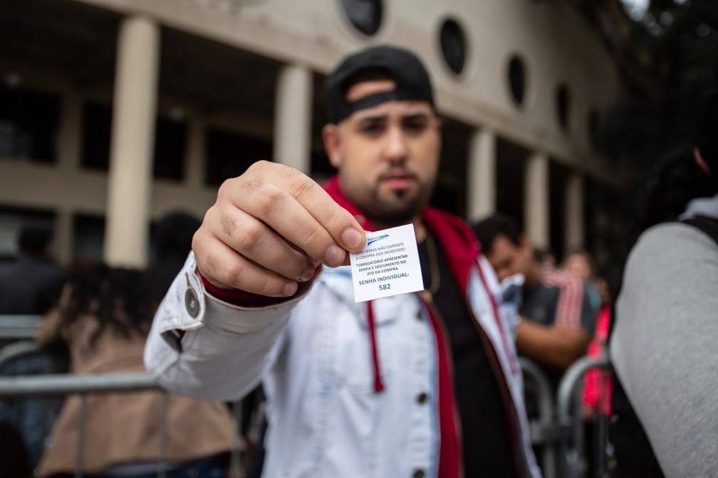 Fã mostra sua senha na fila para comprar ingressos para o show de Sandy e Junior em São Paulo, com o aviso: 'Esta senha não garante a compra dos ingressos!' — Foto: Fábio Tito/G1