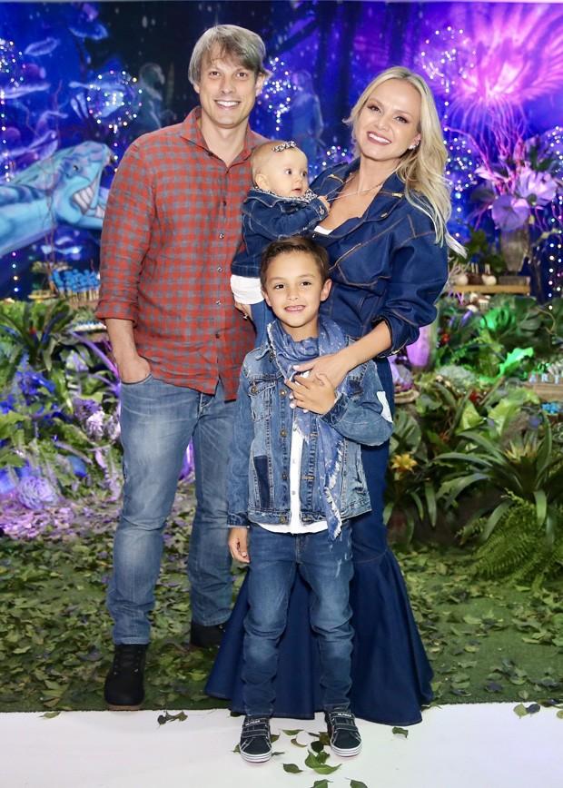 Eliana com o noivo, Adriano Ricco, e os filhos, Arthur e Manuela (Foto: Manuela Scarpa/Brazil News)