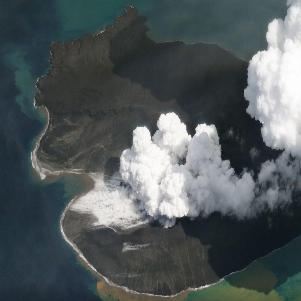 Imagem do vulcão Anak Krakatau quase duas semanas após o colapso que gerou o tsunami (02/01/2019) — Foto: Planet Labs, Inc. via BBC