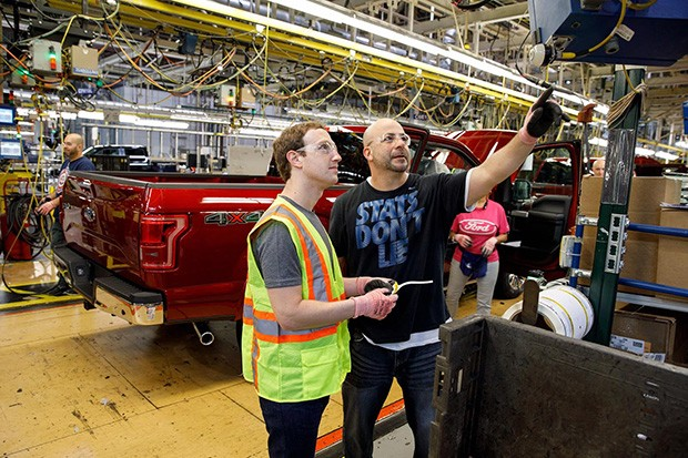 Mark Zuckerberg, fundador do Facebook, passa umd ia na fábrica da Ford (Foto: Ford)