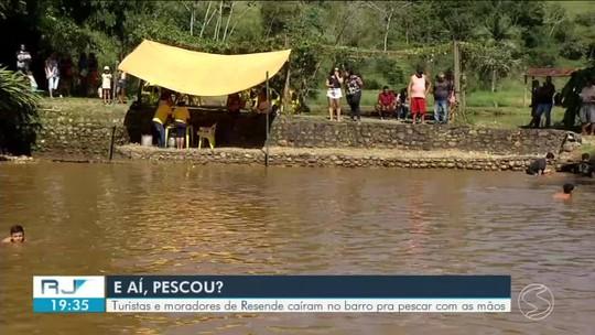 Em Resende, dezenas de pessoas pescaram peixe no barro nesta Sexta-feira Santa