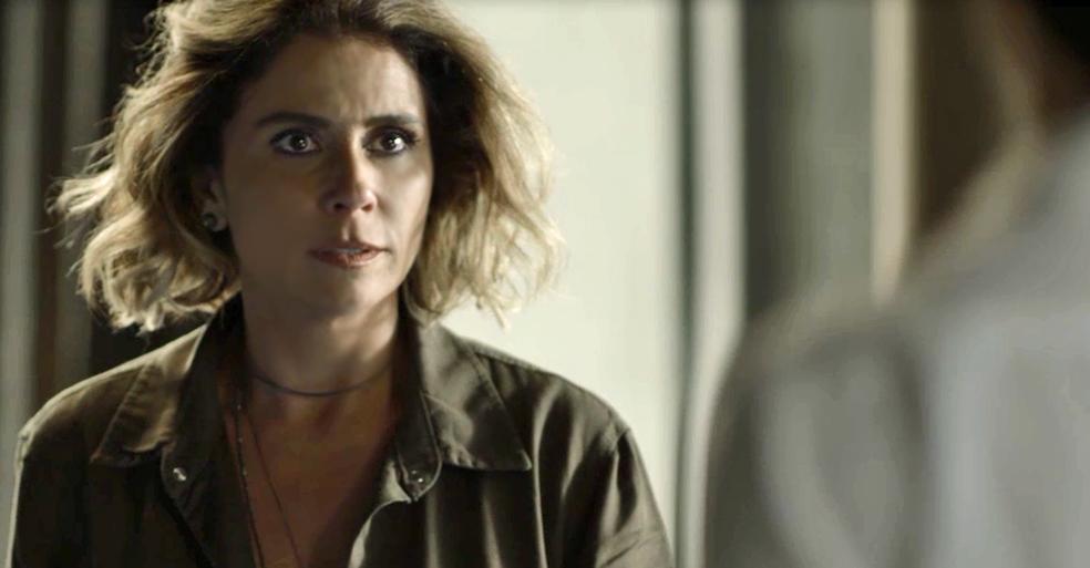 Ariella/Luzia fica nervosa ao ver que o rapaz conhece o seu segredo (Foto: TV Globo)