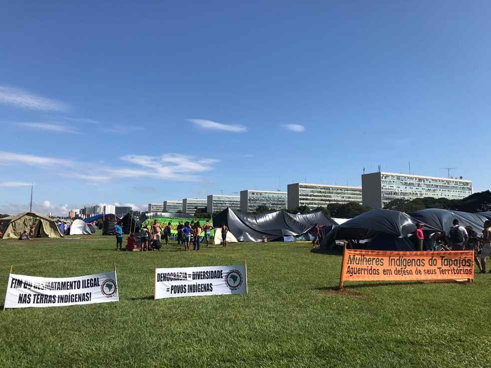 Indígenas acampam na Esplanada dos Ministérios até sexta no 15º Acampamento Terra Livre — Foto: Marília Marques/G1DF