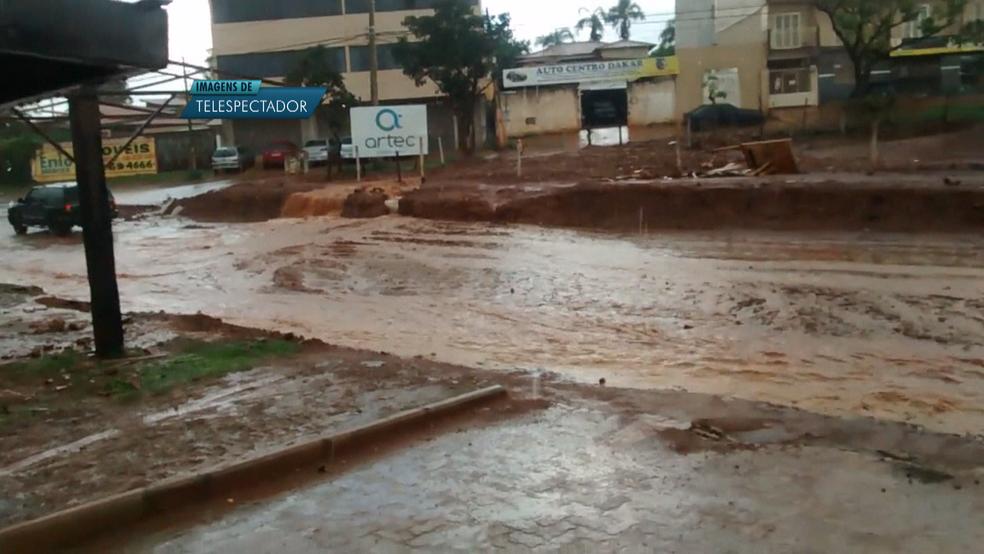 Enxurrada dificultou a passagem dos carros em Vicente Pires, no Distrito Federal (Foto: TV Globo/Reprodução)