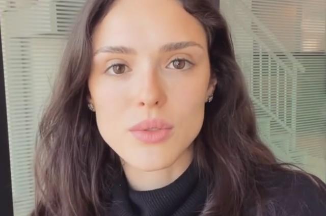Isabelle Drummond grava vídeo recitando poesia (Foto: Reprodução)