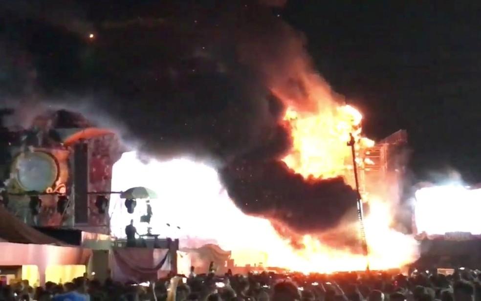 Fumaça e chamas são vistas no palco do Tomorrowland Unite, em Barcelona, na noite de sábado (29), em imagem retirada de vídeo  (Foto: Alex Prim Lopez via Reuters)