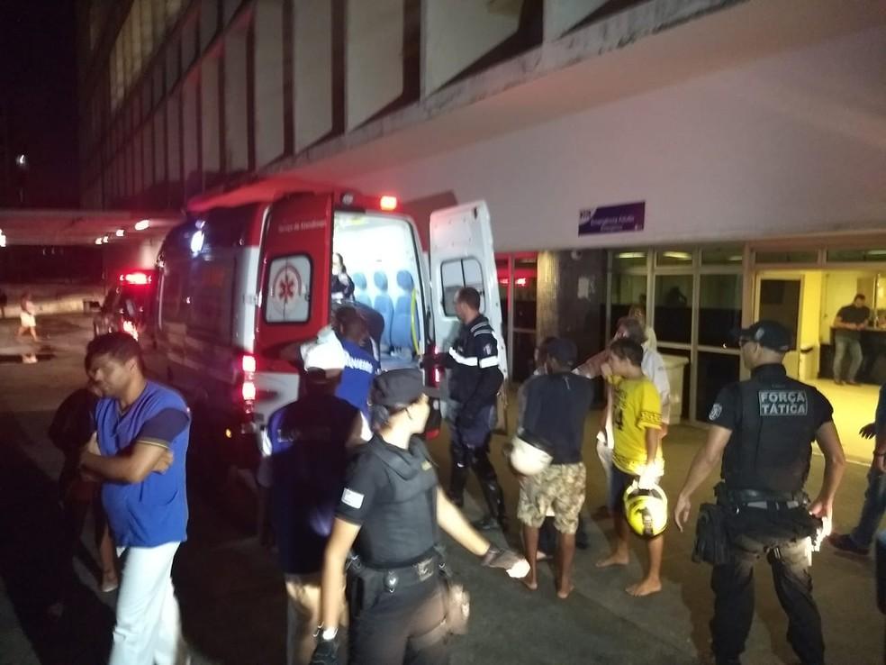 Ambulância que transportou jovem mordido por tubarão chegou ao Hospital da Restauração, no Grande Recife, antes das 18h (Foto: Bruno Grubertt/TV Globo)