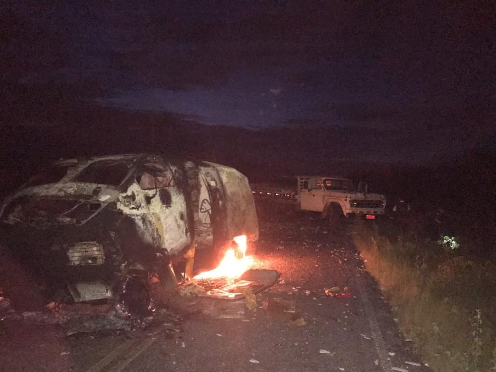 Dois carros-fortes foram incendiados na ação dos criminosos — Foto: Jair Sampaio