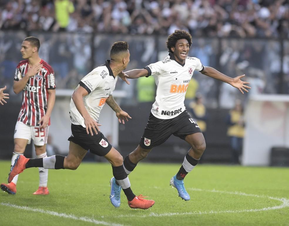 Talles Magno comemora o gol do Vasco — Foto: André Durão