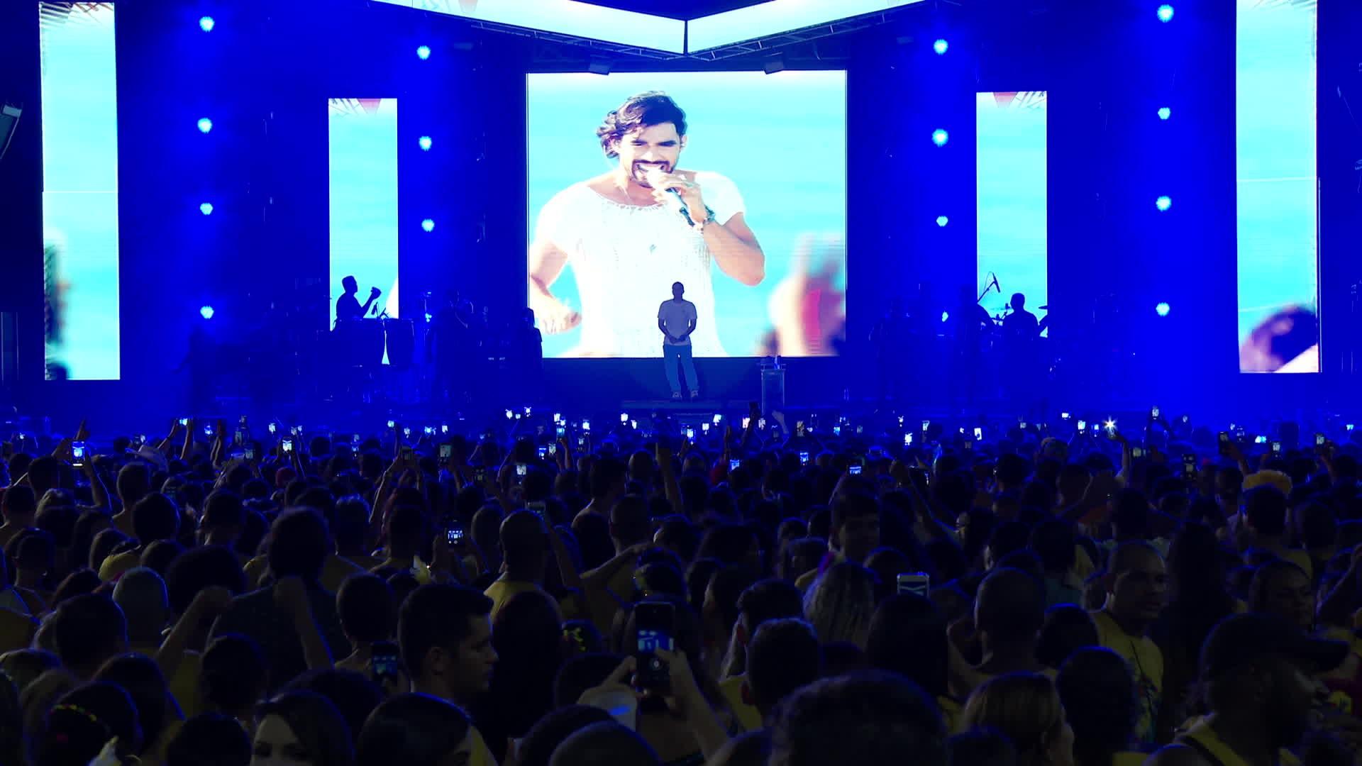 Wesley Safadão homenageia Gabriel Diniz durante show em Olinda