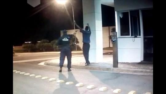 Vigilante flagrado matando porteiro após discussão por causa de bola de papel provocava a vítima o tempo todo, diz delegado