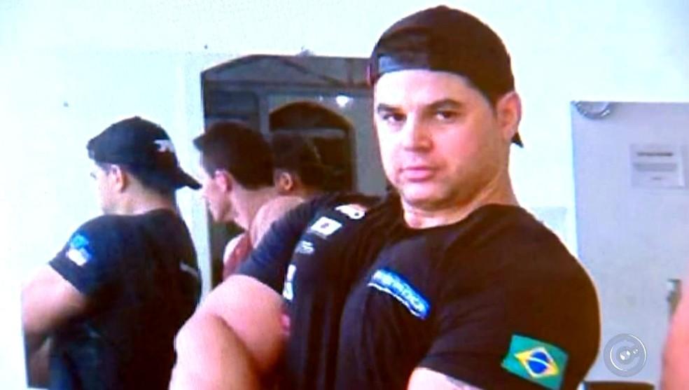 Ailton Basílio, principal suspeito de ter matado a mulher a facadas, está foragido (Foto: Reprodução / TV TEM)
