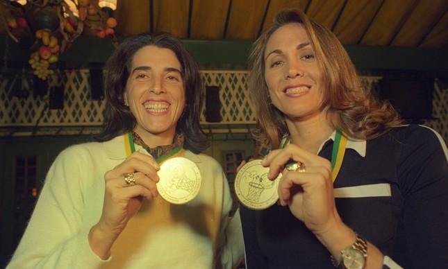 'Magic' Paula e Hortência posam com a medalha de ouro do Mundial de Basquete de 1994