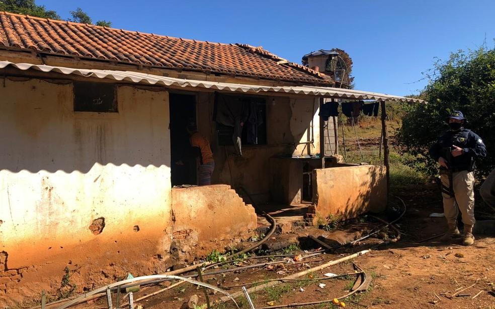 Mais de 60 pessoas são resgatadas em situação de trabalho escravo em lavouras cafeeiras do Sul de Minas — Foto: Polícia Rodoviária Federal