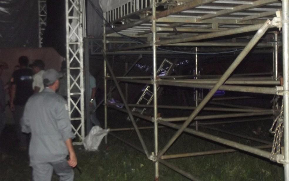 Parte do palco, onde ficava as fãs, cedeu (Foto: Tél Patané/Catanduva Show)