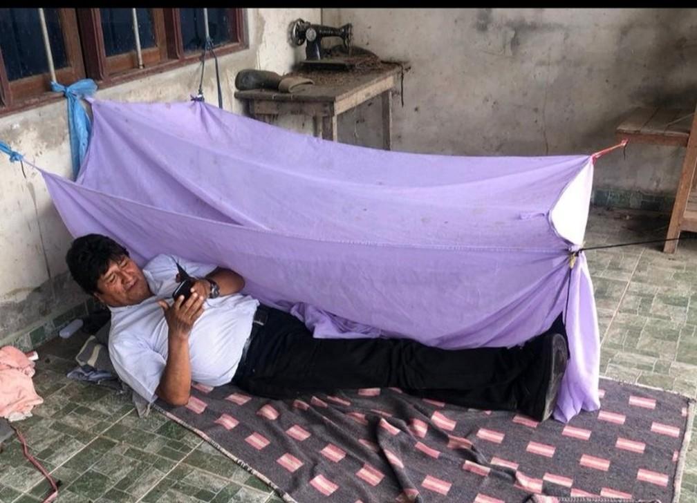 Evo Morales publicou foto deitado em barraca montada no chão em Cochabamba, na Bolívia, onde ele teria passado a noite após renunciar à Presidência — Foto: @evoespueblo/Reprodução/Twitter