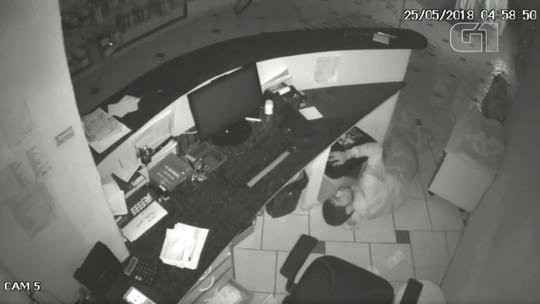 Homem rouba loja de roupas em Bauru e foge usando uma corda; vídeo