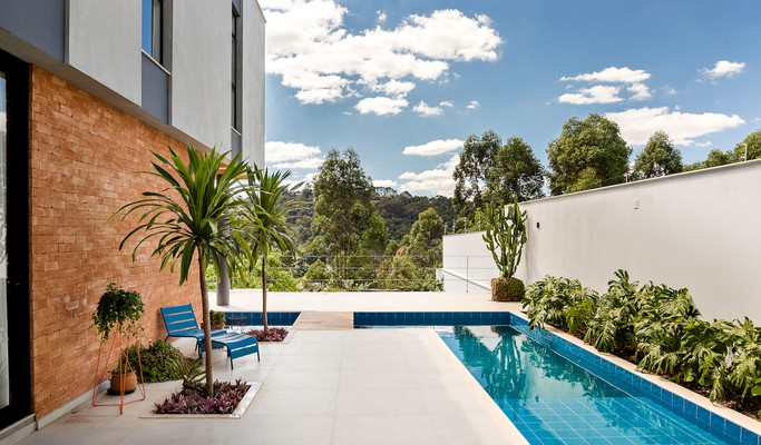 Casa de 400 m² tem ambientes amplos, integração e muito verde