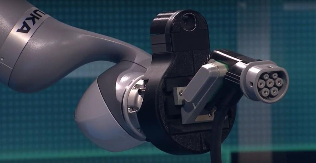 Braço mecânico do robô CarLa, que carrega sozinho carros elétricos (Foto: Reprodução/Twitter)
