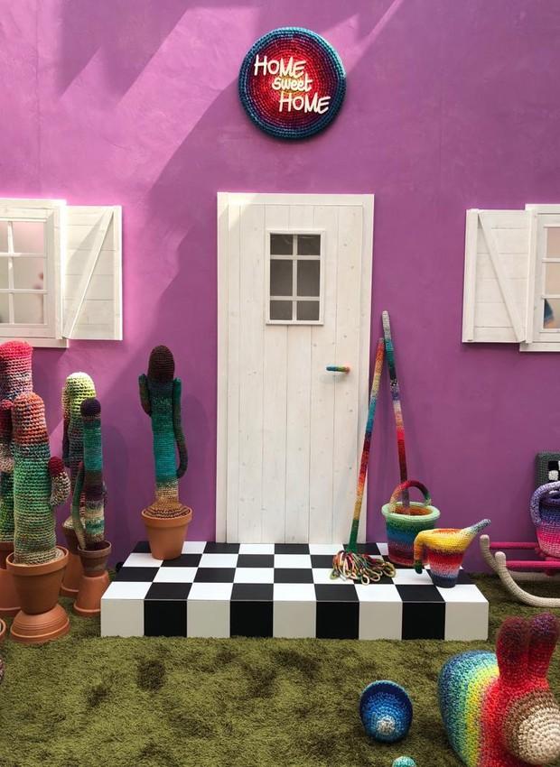 Sem medo de brigas com as várias cores dos acessórios, as paredes levam um tom de púrpura no interior, enquanto o rosa claro preenche as superfícies de dentro (Foto: Casa e Jardim)