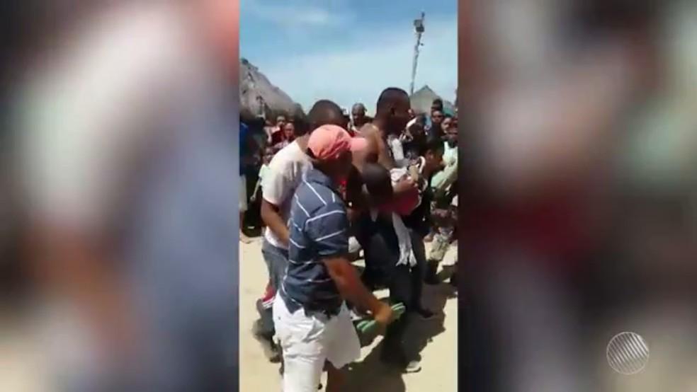 Danilo saiu com filho nos braços após acidente com lancha, em Mar Grande (Foto: Reprodução/ TV Bahia)
