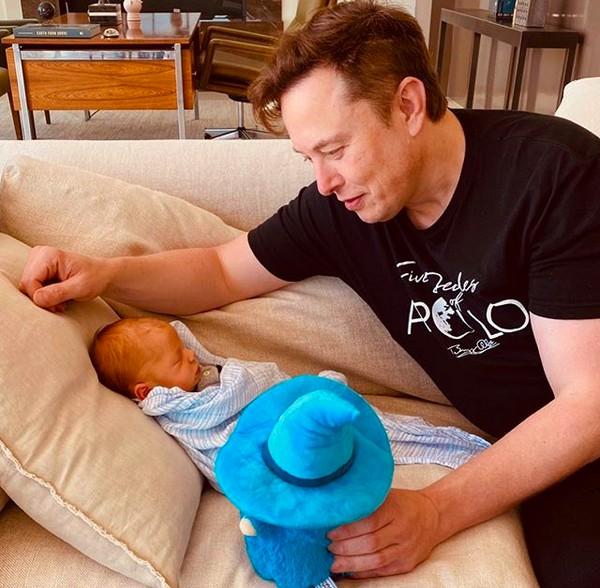 Elon Musk com o filho com a cantora Grimes (Foto: Instagram)