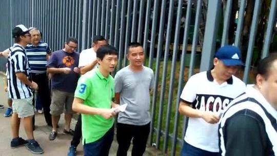 Grupo de chineses levanta suspeita da oposição do Santos e deixa fila de votação