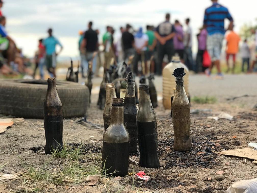 Coquetéis molotov feito por manifestantes em confusão na fronteira do Brasil com a Venezuela — Foto: Alan Chaves/G1 RR