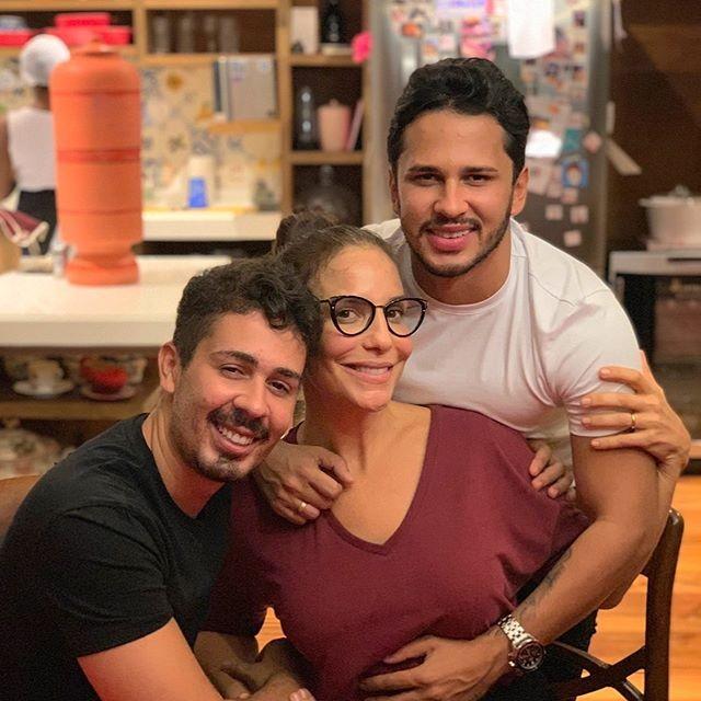Carlinhos Maia e o noivo, Lucas Guimarães, com Ivete Sangalo (Foto: Reprodução)
