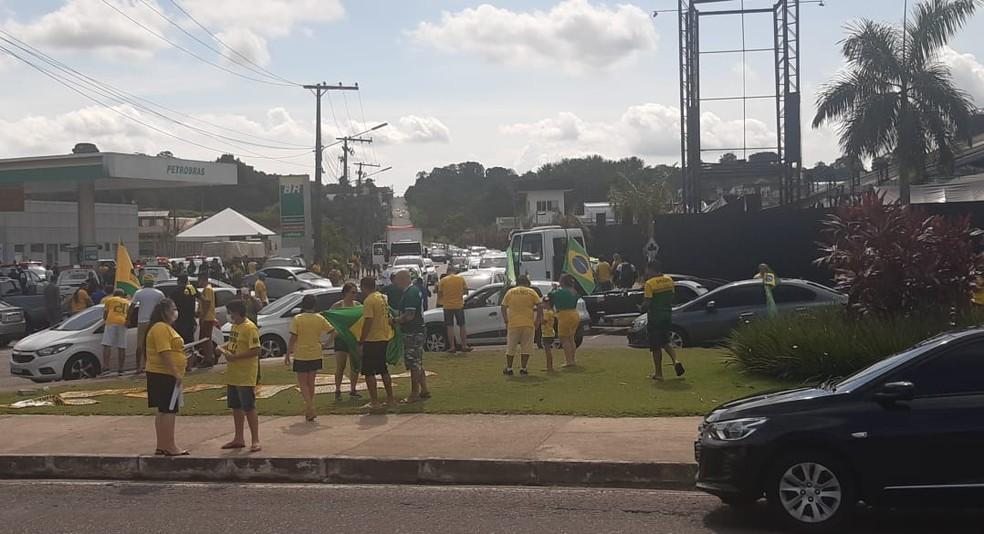 Manifestantes se reúnem na Avenida das Torres em Manaus — Foto: Carlos Eduardo Pessoa/Rede Amazônica