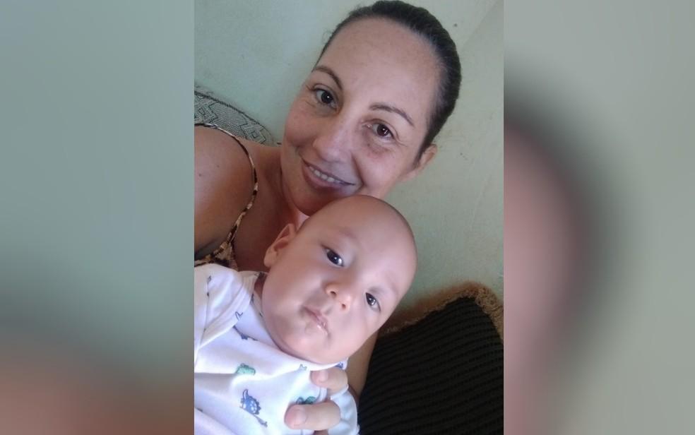 Vanda Ferreira Costa, de 38 anos, ao lado do filho, de 6 meses, em Palestina de Goiás — Foto: Arquivo pessoal