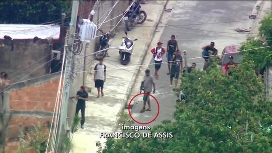 Criminoso com tornozeleira eletrônica circula com fuzil em favela do Rio