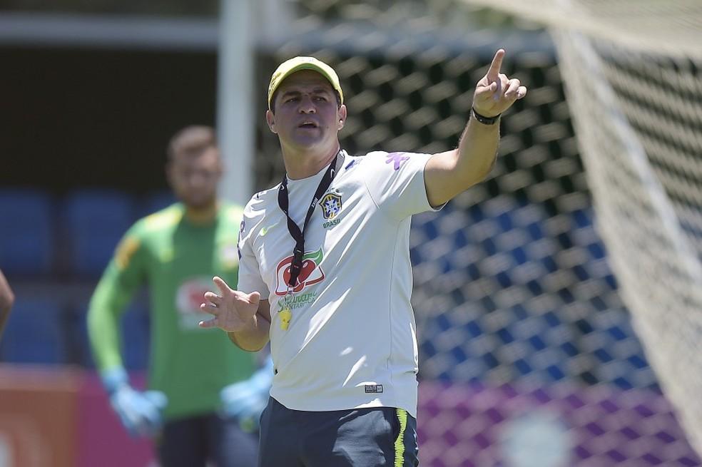 Jardine orienta a equipe nos treinos em Teresópolis: técnico tem mexido bastante na equipe — Foto: Alexandre Loureiro/CBF