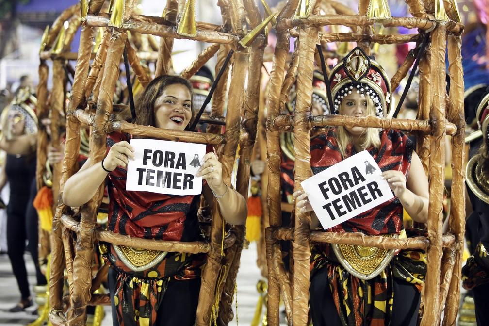 Componentes da Tuiuti protestam contra o presidente Michel Temer durante Desfile das Campeãs na Sapucaí neste domingo (18) (Foto: Marcos Serra Lima/G1)