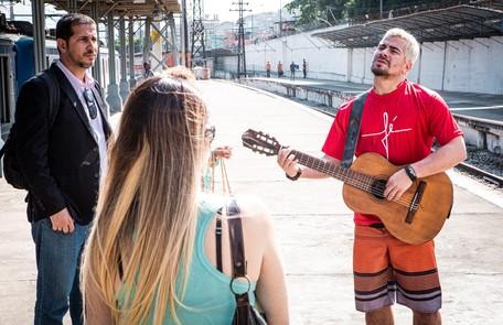 Na segunda-feira (23), Ryan (Thiago Martins) faz uma surpresa para Marina (Erika Januza) e ela desiste de ir para São Paulo Reprodução