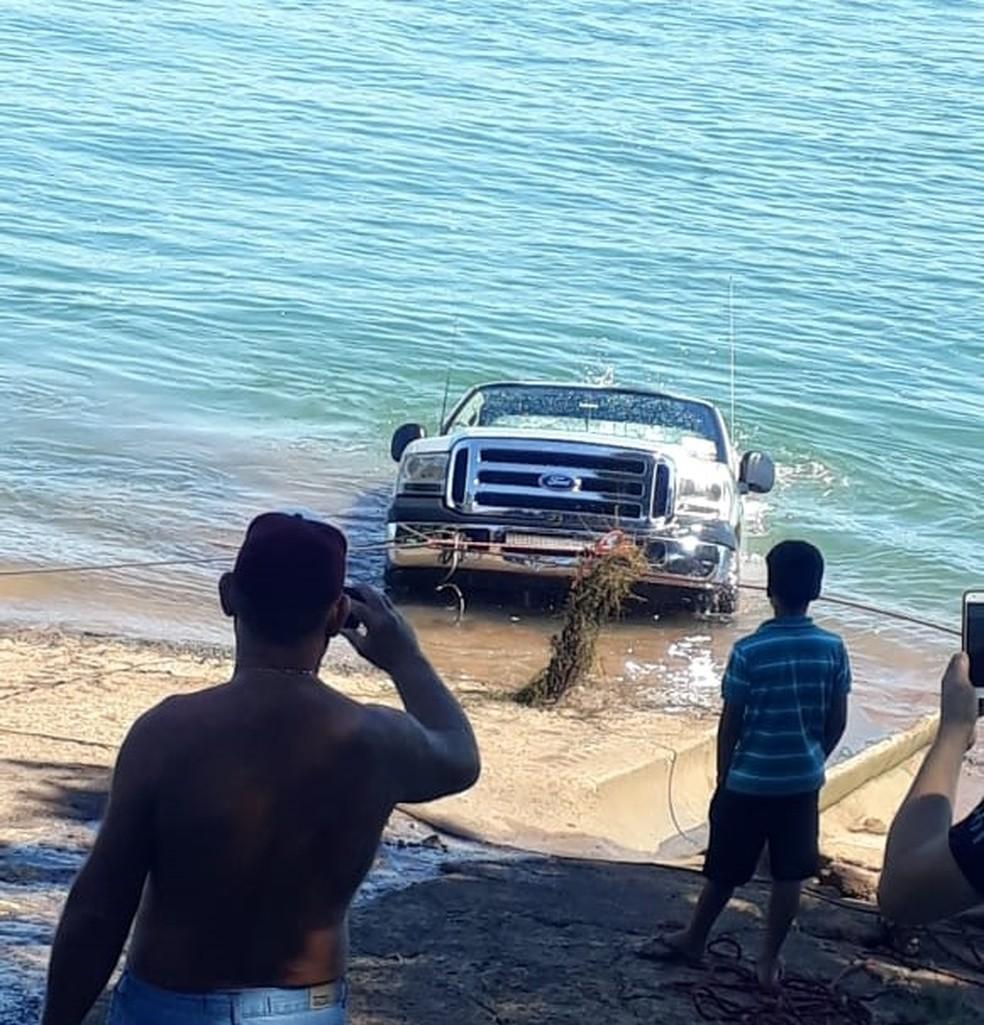 A PM não soube informar como a caminhonete foi parar dentro do rio, em Porto Rico, neste domingo (3) — Foto: Divulgação