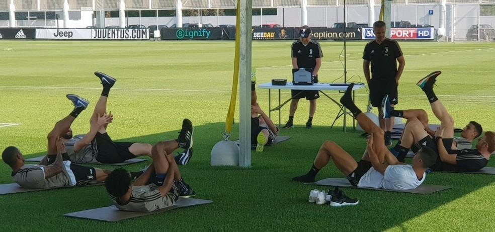De camisa branca, Cristiano Ronaldo se alonga no CT da Juventus, em Turim (Foto: Reprodução de Twitter)