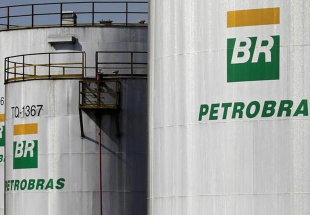 Logo da Petrobras em tanque em refinaria da estatal em Paulínia (Foto: Paulo Whitaker/Reuters)