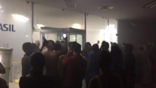 Bandidos explodem banco e fazem reféns em Santa Luzia do Tide, MA
