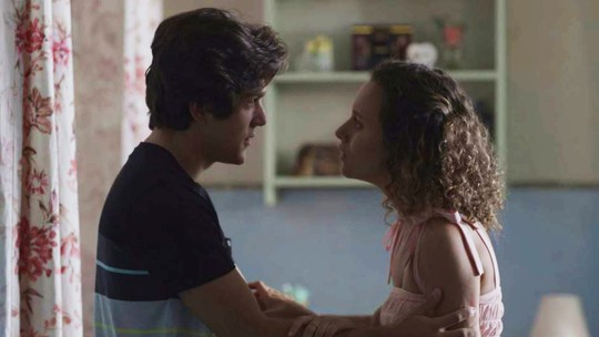 Maria Alice flagra Jaqueline no quarto de Alex e termina namoro
