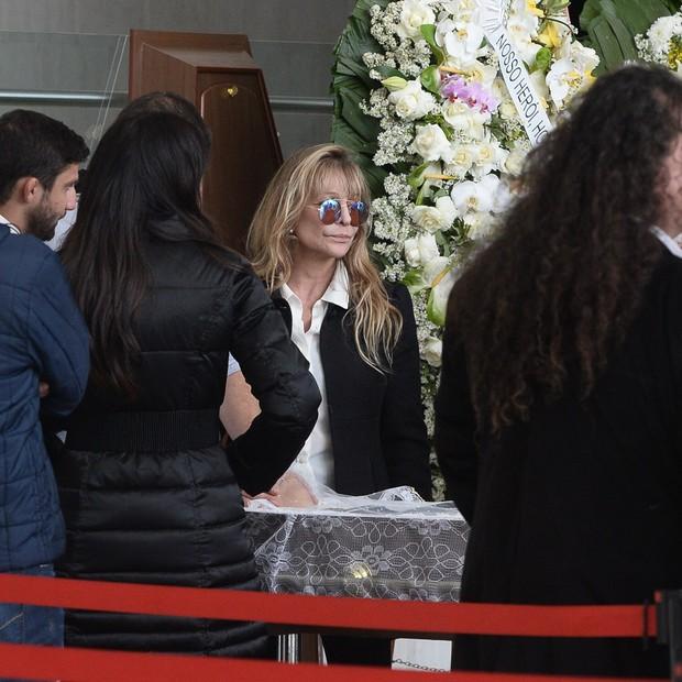 Regina, esposa de Franco Scornavacca, recebe pêsames de amigos e familiares  (Foto: Francisco Cepeda/AgNews)