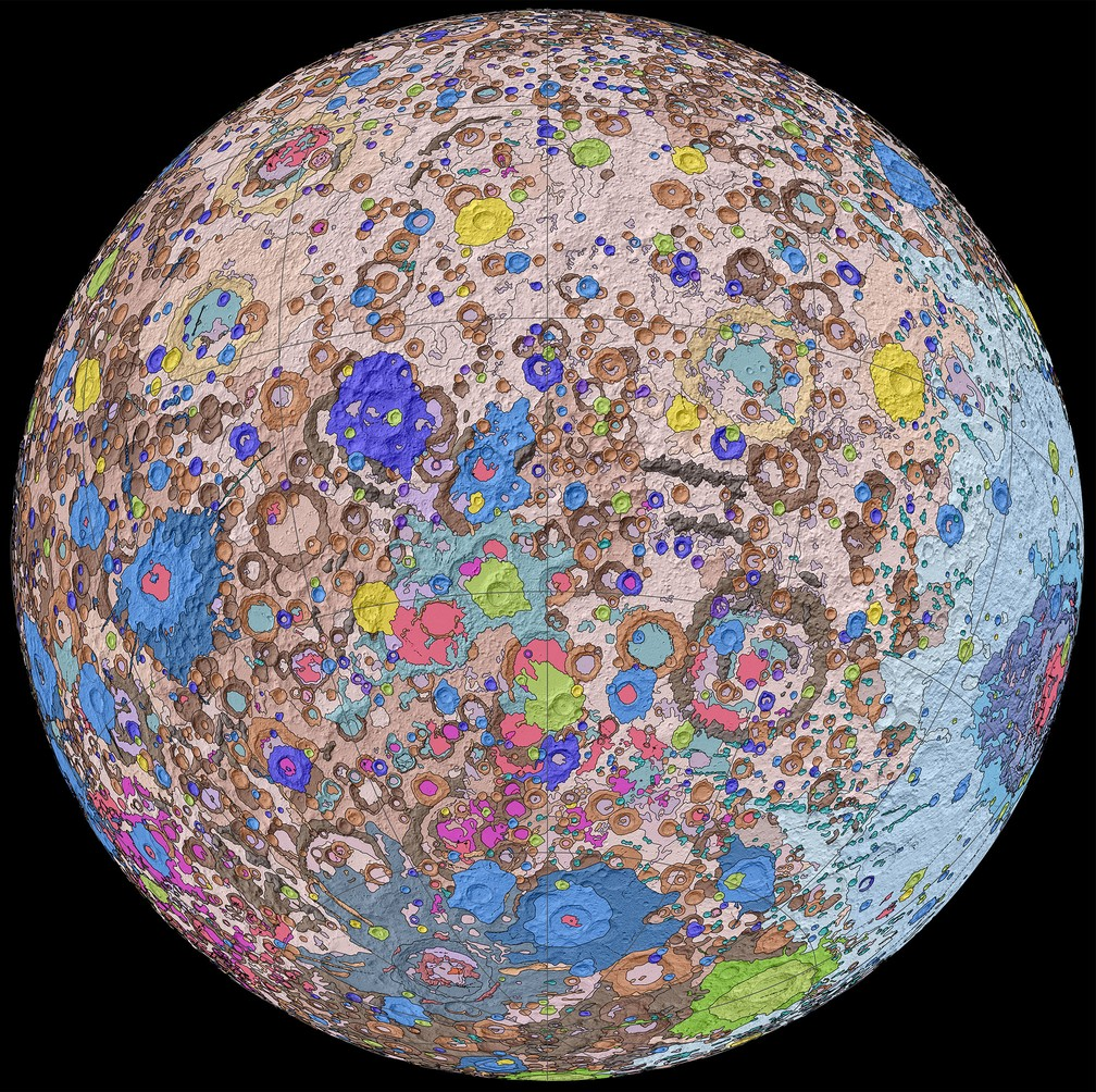 O outro lado da Lua, que não é voltado para a Terra, visto no Mapa Geológico Unificado da Lua — Foto: NASA/GSFC/USGS